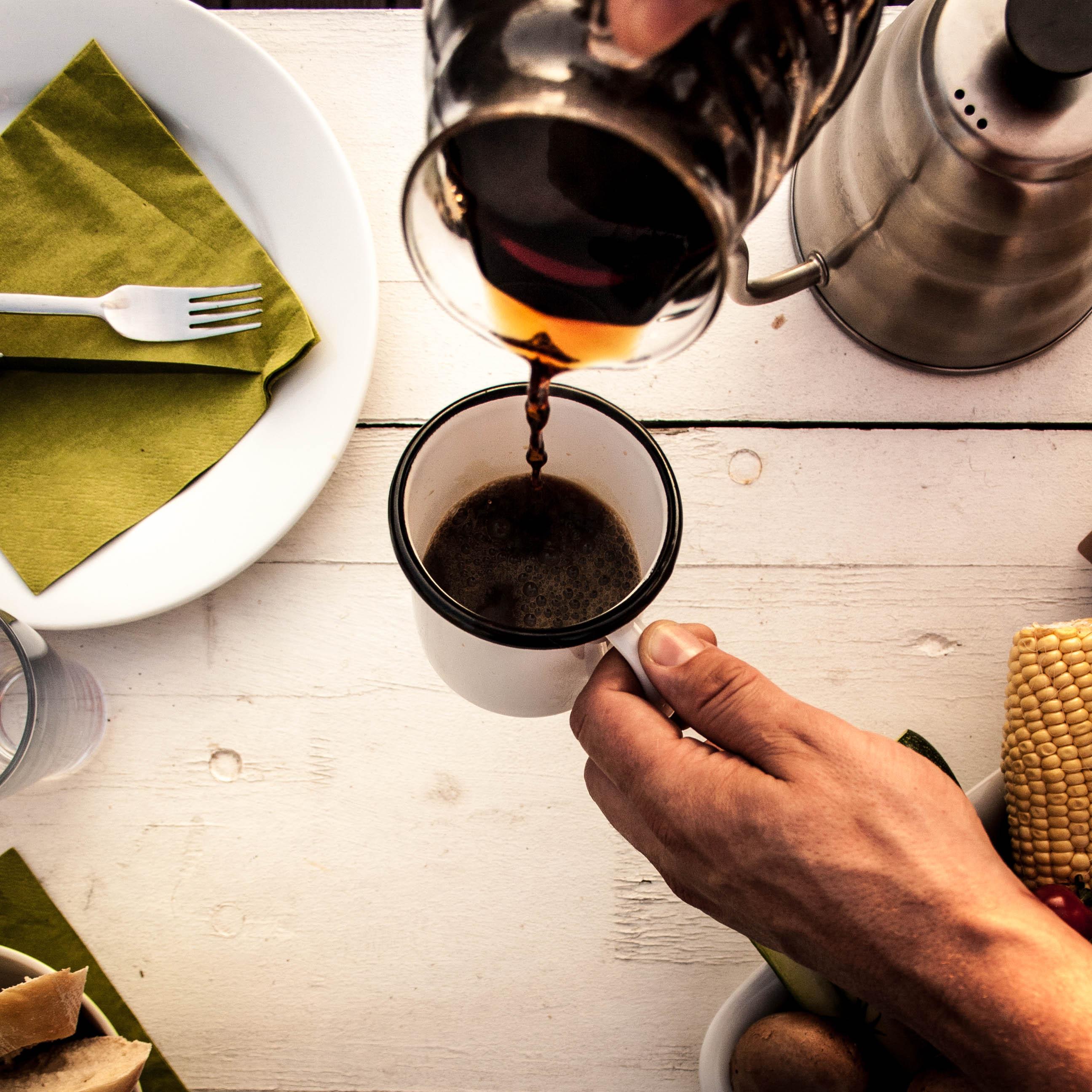 Nun den fertigen Kaffee nur noch in Deine Tasse befördern. Fertig!
