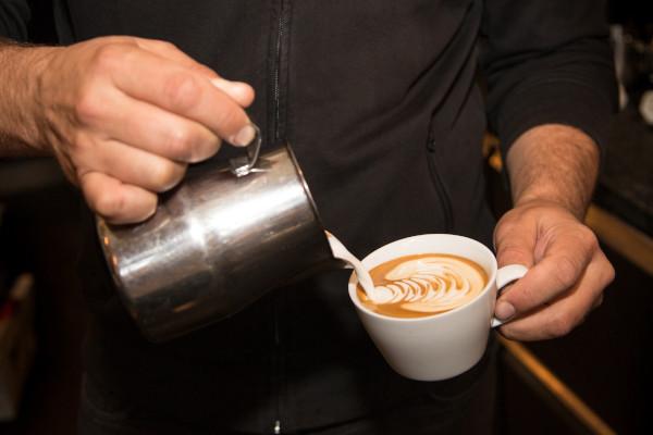 Achte auf ein langsames Eingießen für den perfekten Cappuccino