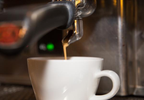 Aus der Siebträgermaschine fließt der Kaffee