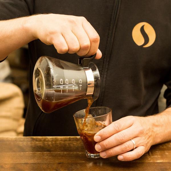 Nach der mehrstündigen Extraktion des kalten Kaffees mit dem Kaffeepulver kannst Du den Cold Brew frisch auf Eis genießen.