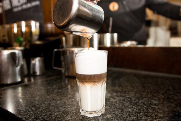 Gieße den Espresso Single Shot langsam in das Glas.