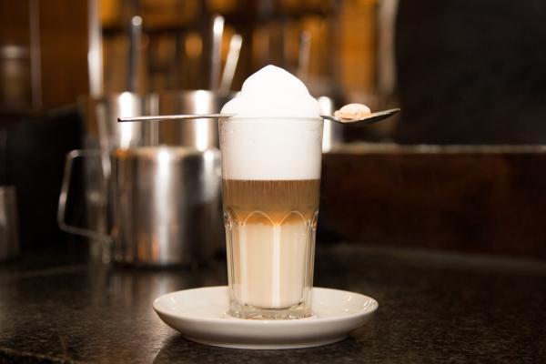 Latte Macchiato besteht aus 3 Schichten: Miclhschaum, Espresso, Milch