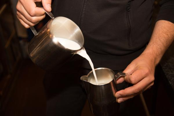 Die Milchkanne solltest Du ungefähr halb voll mit Miclh befüllen.