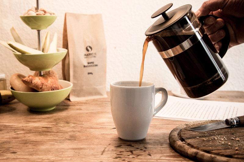Direkt nach dem Ziehen lassen, sollte der Kaffee in die Tasse gefüllt werden.