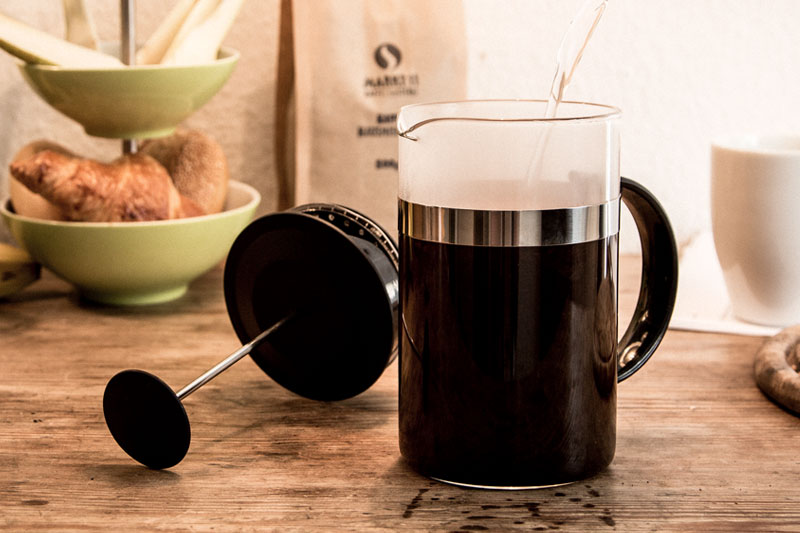 Erst wenn alle Kaffeepartikel mit Wasser bedeckt sind, die French Press voll machen.