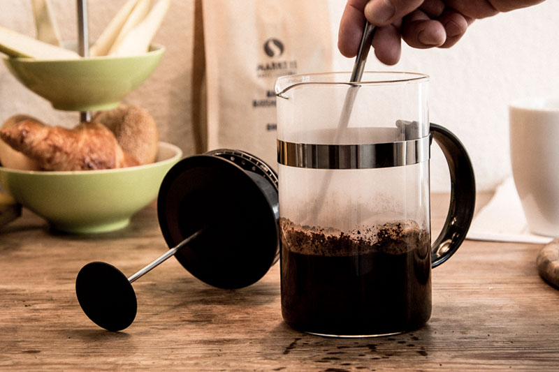 Erst das Kaffeepulver mit Wasser bedecken und umrühren.